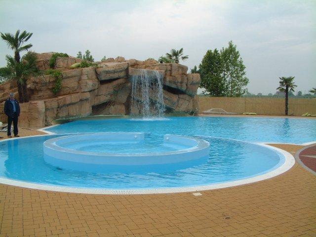 Foto piscine a sfioro for Immagini piscine design
